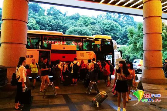 旅行团大巴停在张家界大成山水国际大旅店前。中国青年网记者吴楚摄