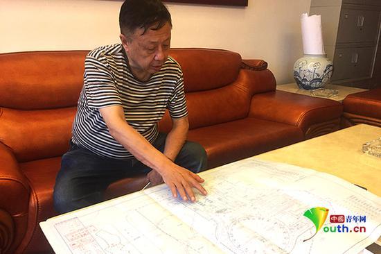 毛致平在其办公室向记者展示马戏城蓝图。中国青年网记者吴楚摄