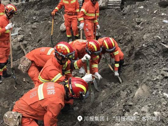 至13点50分,经由两台生命探测仪重复探测未发现生命迹象,挖掘机也未发现被困职员,总队指挥部下令立刻调整搜救方案。