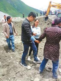 25日,茂县叠溪镇新磨村山体高位垮塌现场,张娇和张世伟兄妹看着已成废墟的家失声痛哭。川报全媒体集群记者 杜江茜 摄