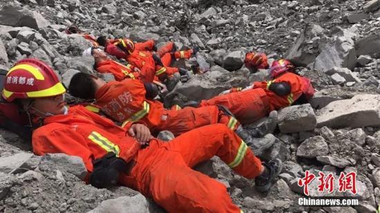 6月25日,消防官兵在救援间隙抓紧时间休息。 四川消防 供图