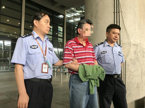 """""""猎狐行动""""开展后加拿大首次向中国遣返嫌犯"""
