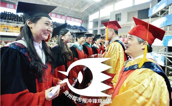 郑强向毕业生颁发学位证书。