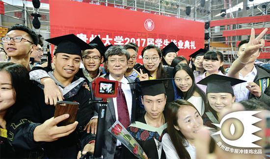 毕业生围绕着郑强拍照。