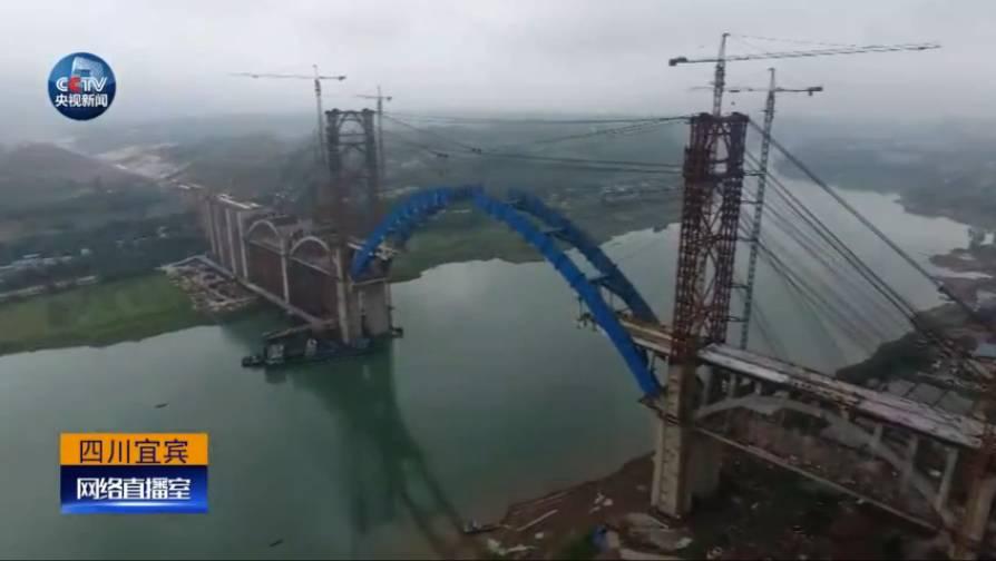 △主桥有五连拱,6个桥墩。主拱跨度达336米,几乎横跨金沙江。