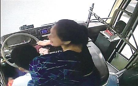 女子拽抢公交车方向盘340路队供图