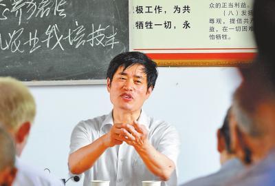 6月22日,陈增喜给宛城区汉冢乡黄庄村村民讲授有机种植栽培技术⑨6崔培林摄