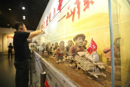 纪念馆中以支援前线为主题制作的陶艺长廊。
