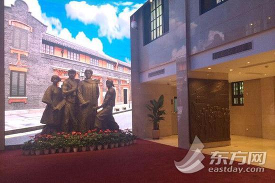 图片说明:序厅内的主雕塑和浮雕