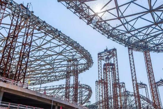 北京新机场航站楼钢结构封顶 施工难度世界之最