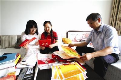张弘佼与父母一起回忆自己的成长历程