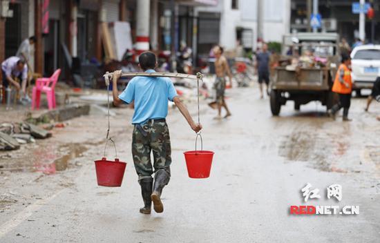 村民进行灾后清理与重建工作。