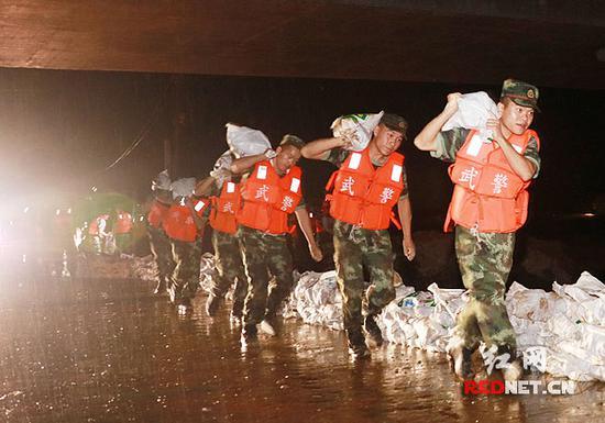 益阳桃江,武警官兵冒雨连夜加固堤坝。杨宁摄