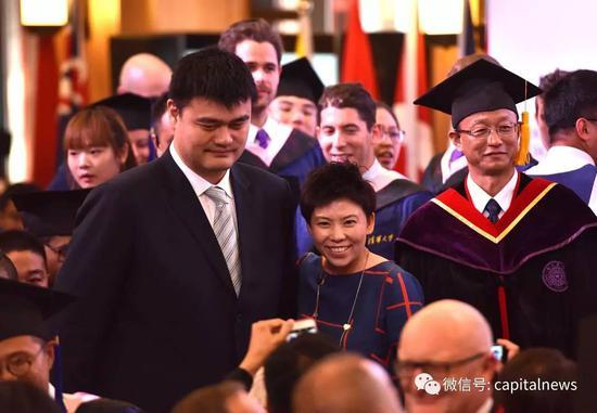 姚明、邓亚萍参加清华大学苏世民书院毕业典礼。