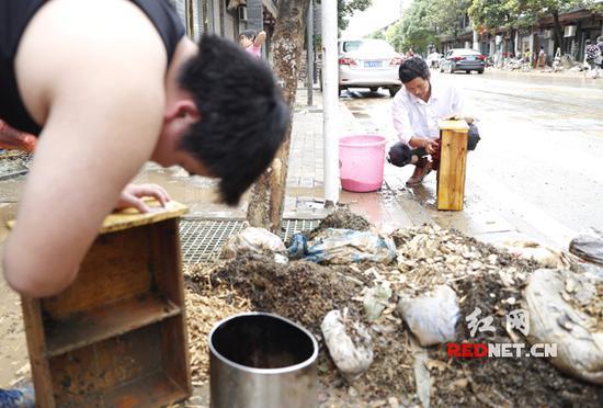 镇上的药店老板黄老板,这次洪水冲走一百多万药材。
