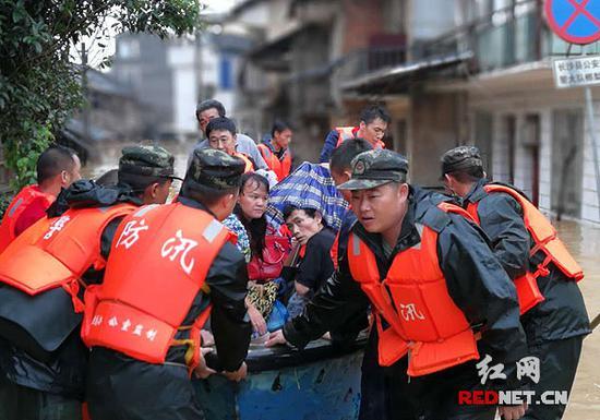 长沙榔梨,官兵们正在组织群众撤离。彭鲁摄