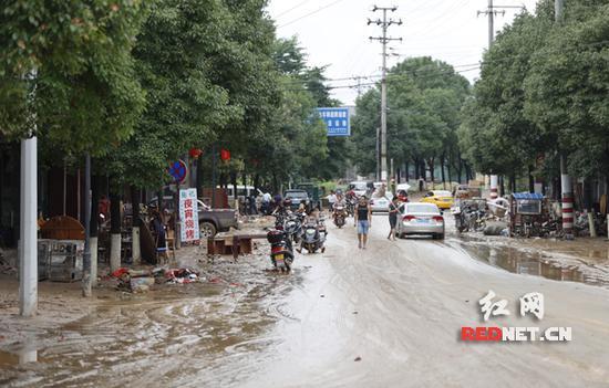 灰汤镇乌江河决堤现场。