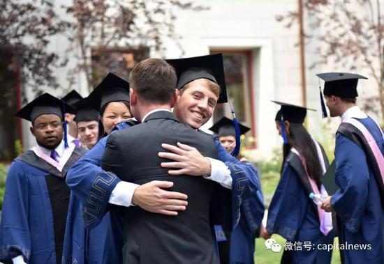 毕业生中不乏外国面孔