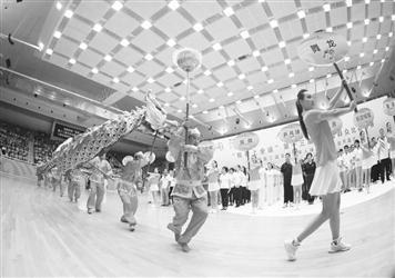 7月2日,舞龙代表队在揭幕式上入场。