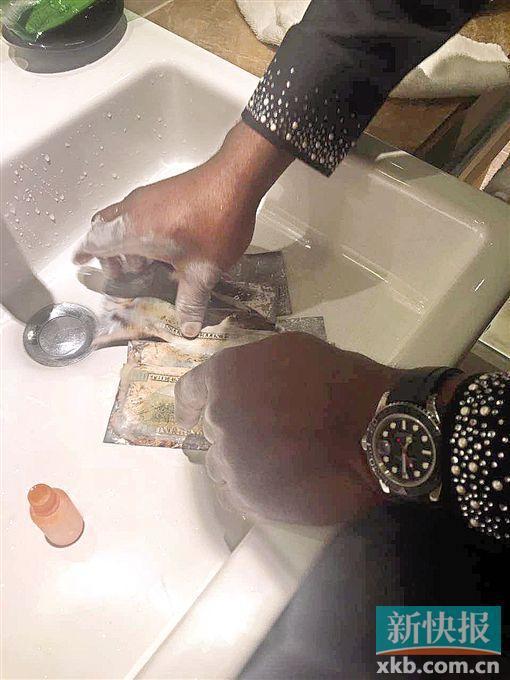 """疑犯在演示""""洗""""钱过程。通讯员供图"""
