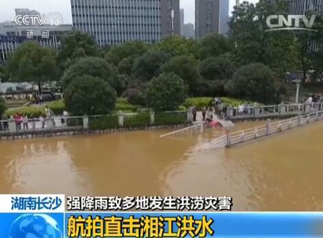 从空中可以看到江水逼近两岸的风光带,有部分地势较低的风光带已被淹没。湘江风光带也是一个防洪工程,防止洪水进入城区。