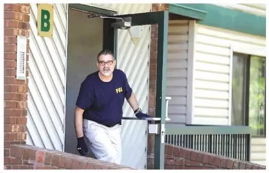 ▲7月1日,一名FBI工作人员在嫌犯居住的公寓进行搜查和证据收集 图据新华社