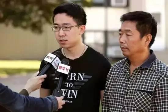 ▲章莹颖的父亲章荣高(右)和章莹颖的男友侯霄霖(左)接受媒体采访 图据新华社