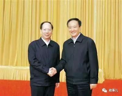 石泰峰与李建华(右)
