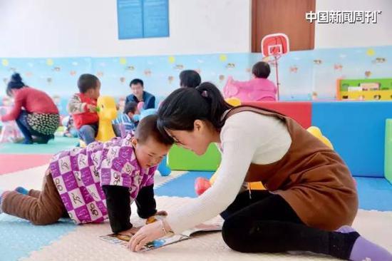 REAP名目组在陕西省的一个村级儿童晚期开展运动核心,受益儿童及家长正发展亲子运动。图|受访者供给