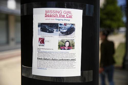 这是7月1日在美国伊利诺伊州中国拜访学者章莹颖失落地邻近拍摄的寻人海报。 新华社记者汪平摄