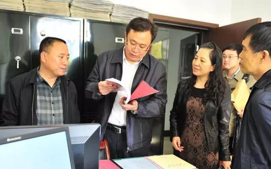 张风顺同志工作照(左二)