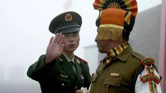 ▲中印边境上的两国卫兵(法新社)
