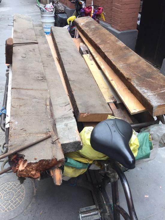 拆除保护建筑当日的垃圾清运现场。