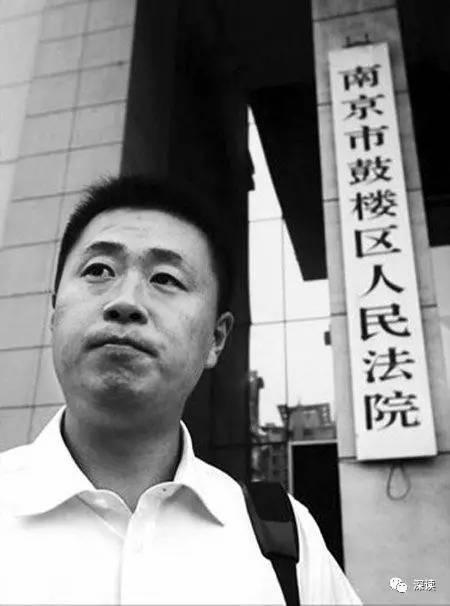 江苏大剧院失火浓烟滚滚 空气中充满焦糊味(图)