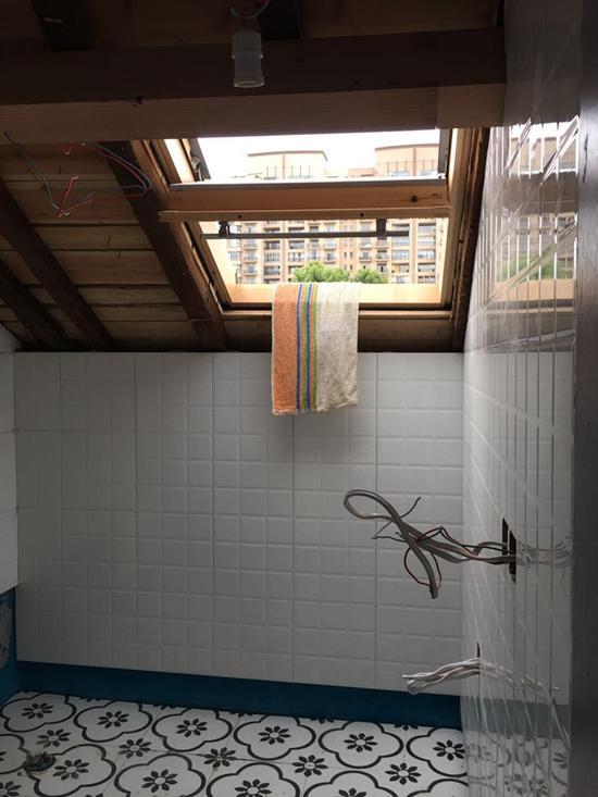 破坏屋顶增开的天窗。