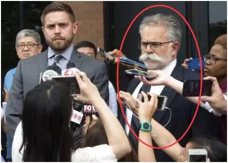 红色圈中正在接受采访的男子便是律师TomBruno。(图片来自网络)