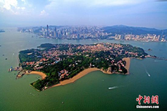 资料图:从空中鸟瞰位于厦门的海上明珠――鼓浪屿。王东明 摄