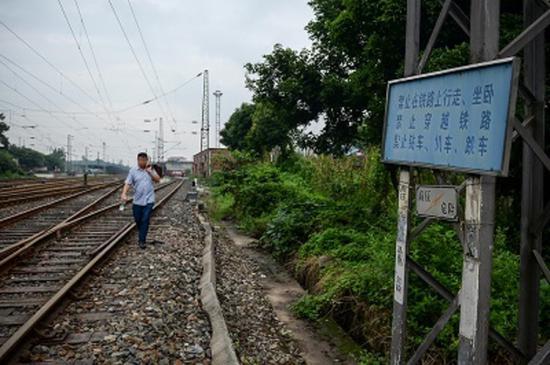 虽然有警示,但附近居民依旧横穿铁路。
