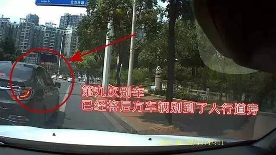 第九次别车,该车已将后方车辆几乎别到了人行道边上