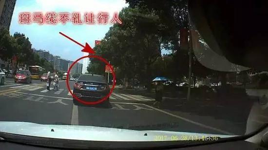 5次别车后,在行经一处斑马线时,该车驾驶人未礼让行人