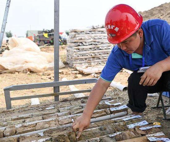 图为在雄安进行地质调查的工作人员(图片来源:新华社)