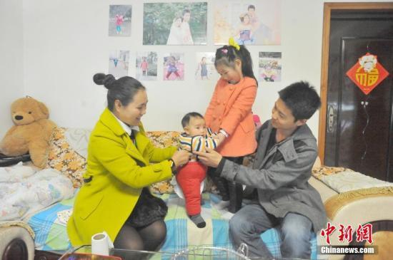"""材料图:湖北宜昌多个""""独自二孩""""家庭拍摄百口福,在镜头前秀幸福。"""