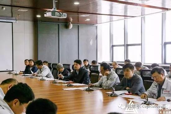 黄巍(右四)在煤基干净动力公司现场办公