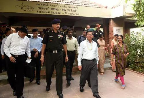 ▲在印度访问的缅甸国防军总司令敏昂莱(右前二)(法新社)