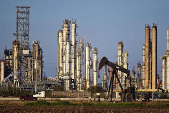 资料图:美国得克萨斯州一家炼油厂。(美国《华尔街日报》网站)