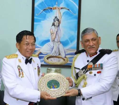 ▲印度陆军参谋长拉瓦特(右)7日在印度加雅欢迎缅甸国防军总司令敏昂莱。