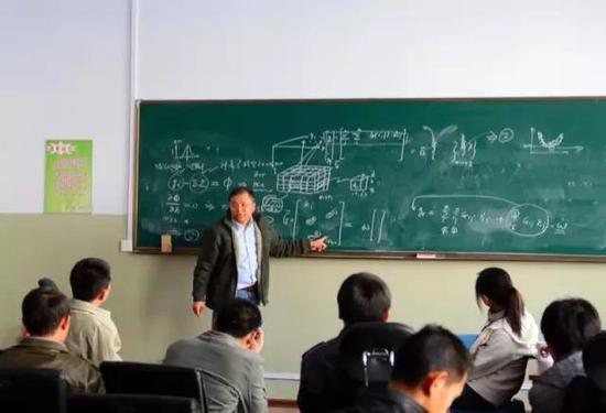 黄大年在课堂上。
