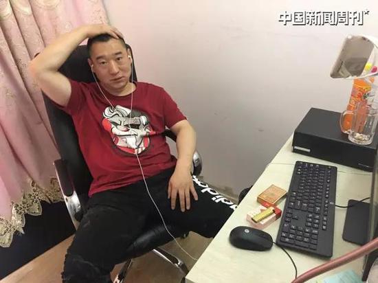 """网名""""大力哥"""" 的赵金龙在直播间。"""