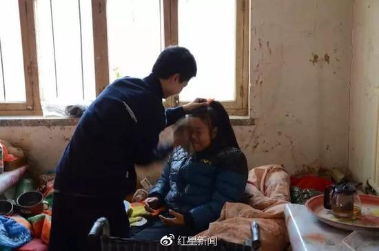 庞众望照顾生病的母亲