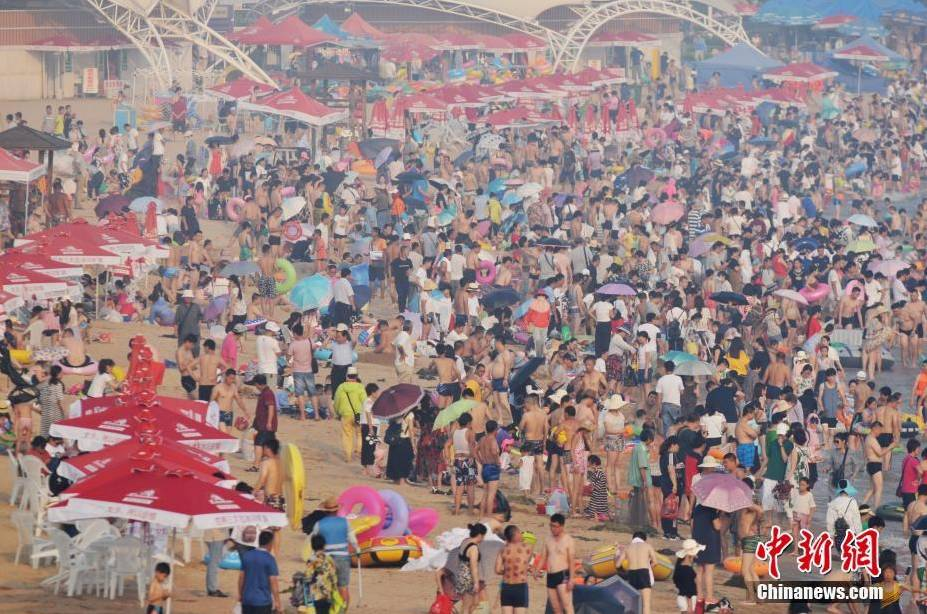 """△""""入伏""""首日,青岛第一海水浴场迎数万游客"""